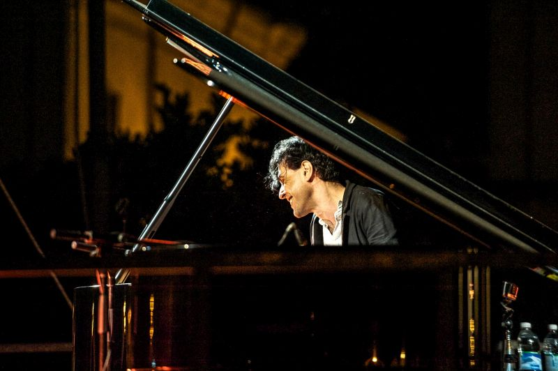 EZIO BOSSO – Nuovi concerti per il pianista e compositore che ha emozionato il pubblico di Sanremo. Sarà a Trieste domenica 24 aprile.