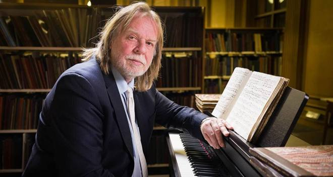 rick wakeman piano RICK WAKEMAN   Lo storico tastierista degli Yes in Italia per due concerti, il 9 febbraio sarà straordinariamente a Udine