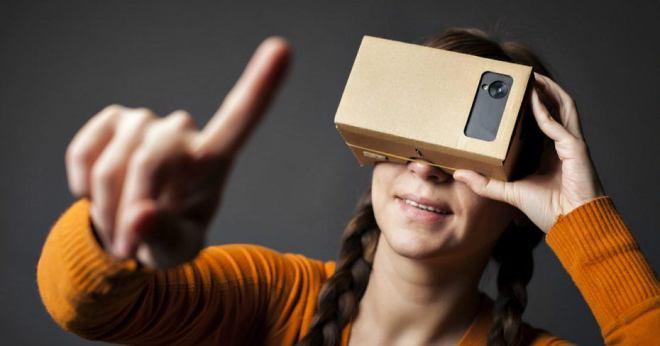 google cardboard girl 930x488 Virtual tour: esplode in Italia il business del turismo virtuale