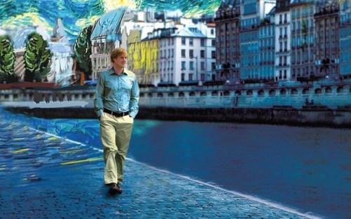 Banner orizzontale del film Midnight inParis dove Owen Wilson cammina sul lungo Senna di una Parigi dipinta come in un quadro di Monet.