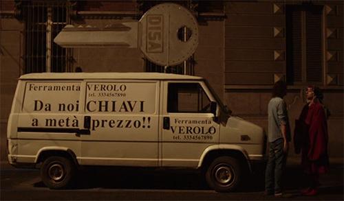 """L'incredibilmente originale doppio senso """"Da noi CHIAVI a metà prezzo"""" sul furgoncino di Virgilio"""