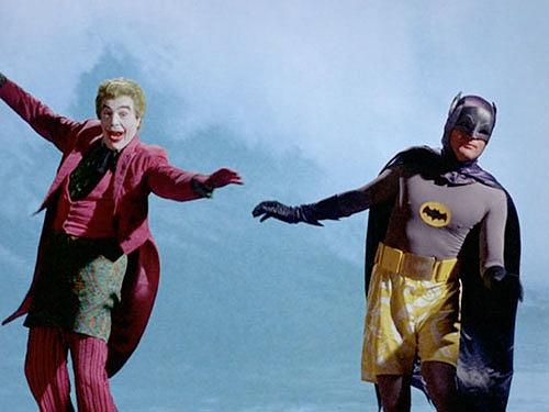 Cesar Romero e Adam West surfano in modo credibilissimo nel Batman serie tv anni 60