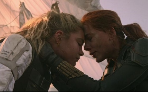 "Natasha con la ""sorella"" Yelena in una scena del film"