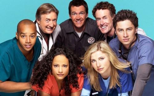 Il cast dei personaggi principali di Scrubs, che il 2 ottobre 2021 compie vent'anni