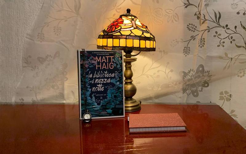 La composizione di Silvia Liotta di La biblioteca di mezzanotte, di Matt Haig