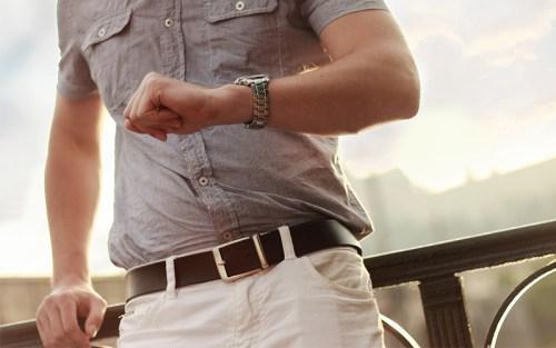 Un uomo guarda il suo orologio per essere sicuro di non perdere tempo. È il simbolo che abbiamo scelto per parlare del concetto di tempo nei secoli