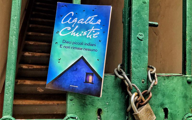 La copertina di Dieci piccoli indiani di Agatha Christie nella nostra composizione