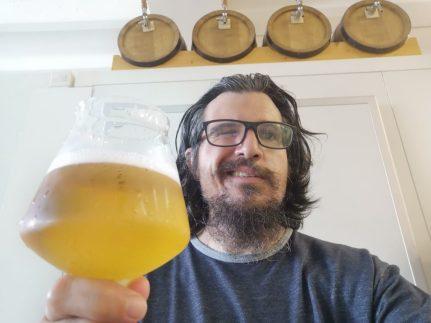 Thomas di Funbeercooking ha fatto della sua passione per la birra il suo lavoro: qui ci mostra una birra blanche
