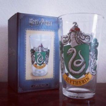 Un bicchiere con lo stemma dei Serpeverde, per una birra fresca e nobile