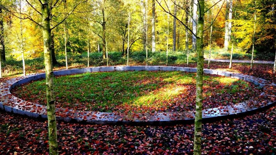 Cercle commémoratif de la forêt de Soignes visité par l'auteur Derek Blyth