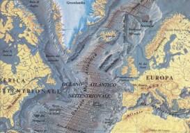 La Dorsale Nordatlantica emerge dalle acque a formare l'Islanda.