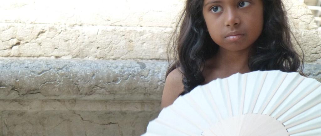 20120815-verona-piazza-erbe-bambina-ventaglio