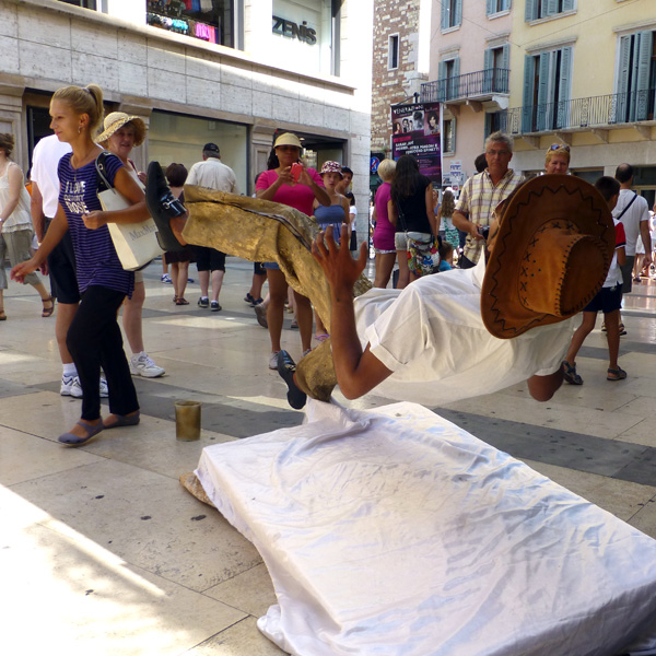 verona artista di strada sospeso frozen street artist
