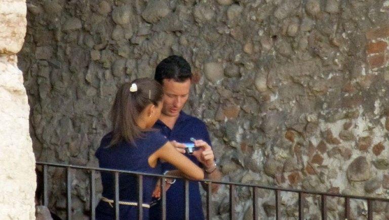 turisti che rivedono le foto scattate dall'Arena di Verona
