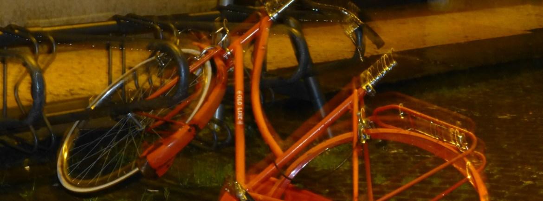 20121111-veronarenabiciclettarossapioggia
