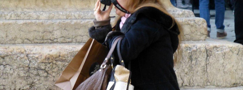 verona foto piazza erbe con borse e sacchetti