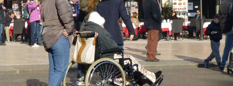 anziana in carrozzina piazza bra verona