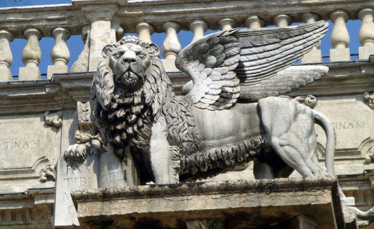 Il leone di San Marco in Piazza delle Erbe a Verona