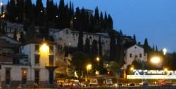 foto notturna del teatro romano di verona da ponte pietra