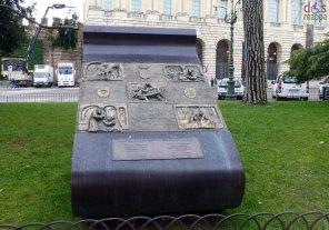 verona-giulietta-romeo-targa-scultura-piazza-bra