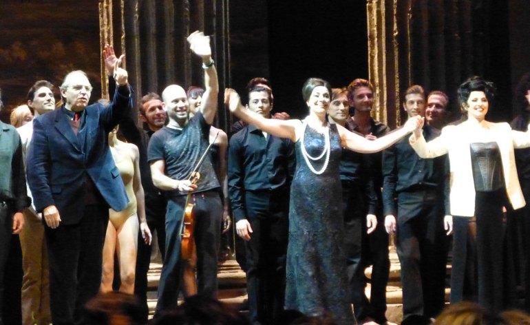 Applausi cantanti, coro e balletto arena di verona per dido and aeneas