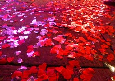 piazza dante ricoperta di coriandoli a forma di cuore dopo il lancio