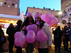 le ragazze che distribuiscono i palloncini rosa a forma di cuore a Verona in Love