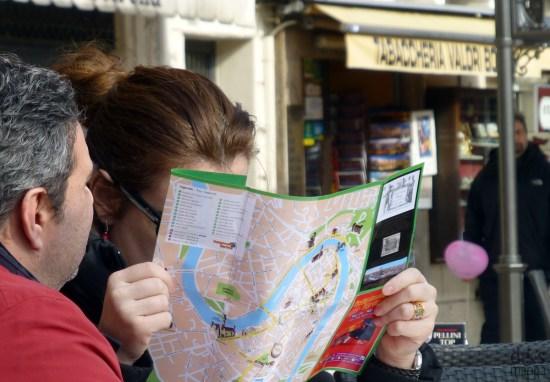 verona: sul liston una turista studia la mappa turistica della città