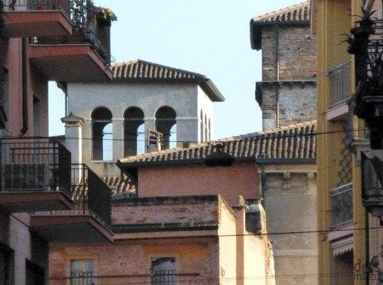 panorama con palazzi e torretta da vicolo stella a verona