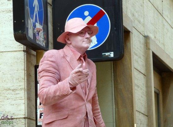 uomo in rosa artista di strada a verona