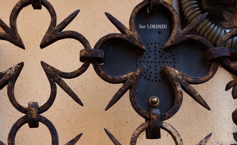 il campanello della chesa di san lorenzo inserito in pattern scaligero
