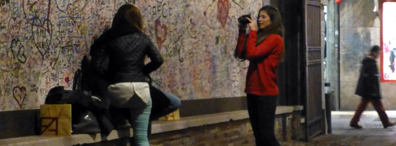 foto muro con graffiti casa di giulietta a verona