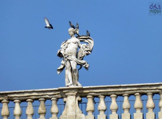 statua palazzo maffei in piazza delle erbe a verona con piccioni