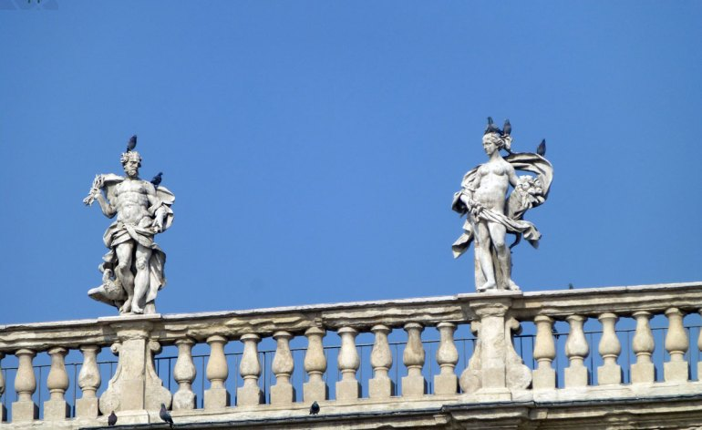 statue palazzo maffei in piazza delle erbe a verona con piccioni