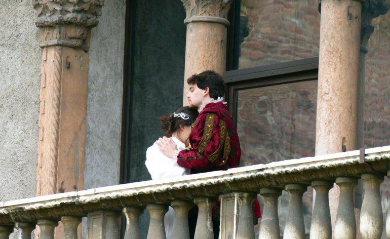 """giulietta e romeo al balcone di castelvecchio a verona per lo spettacolo reading """"altre giuliette"""" del teatro laboratorio"""