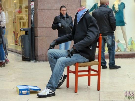 verona via mazzini artista di strada stupisce i passanti interpretando un uomo senza testa