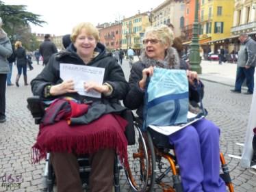 Marina e Vanna al il gazebo del galm in piazza bra a verona per la Giornata Nazionale della Persona con Lesione al Midollo Spinale