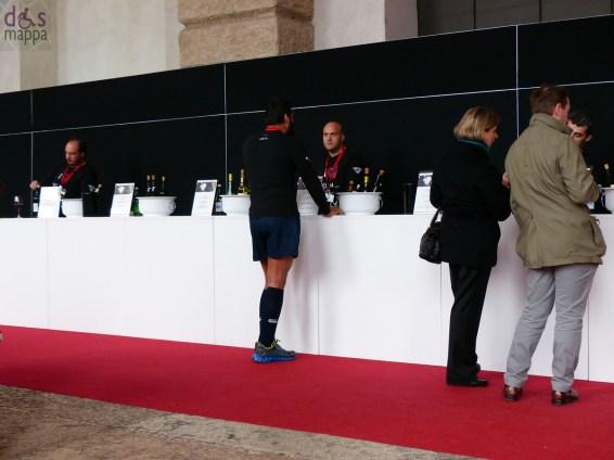 rugbisti per la degustazione di vini rossi e bianchi a vinitaly for the city, palazzo della gran guardia verona