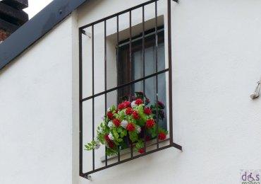 verona finestra con sbarre e fiori tricolore