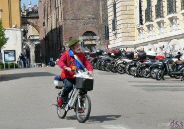 giorgio bertani su bicicletta elettrica a verona con scirpa tricolore per il 25 aprile