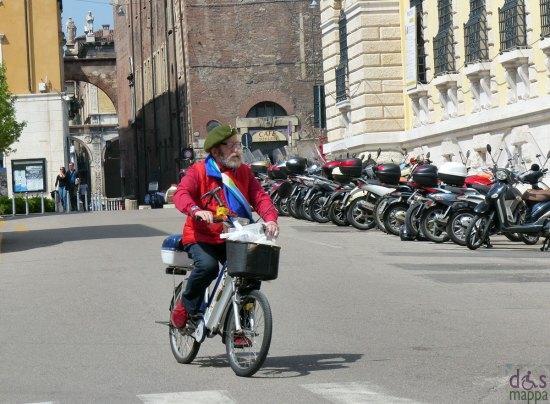 avvocato guarienti su bicicletta elettrica a verona con scirpa tricolore per il 25 aprile