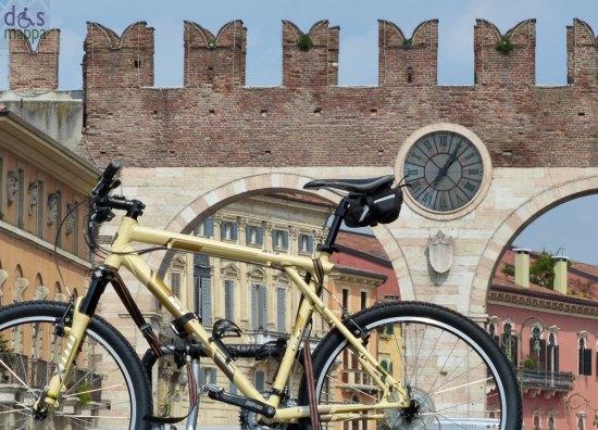 verona bicicletta sospesa ai portoni della bra