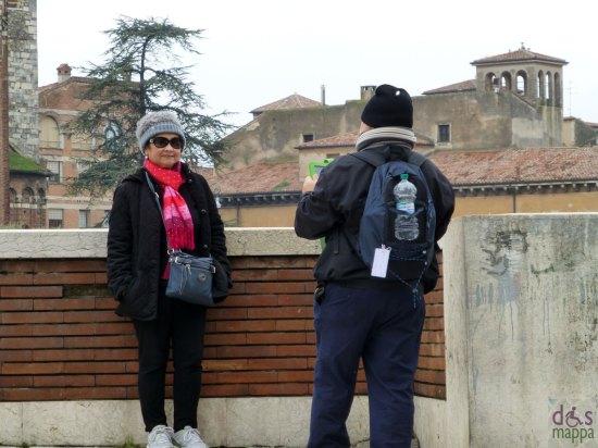 verona turista per foto ricordo con tablet