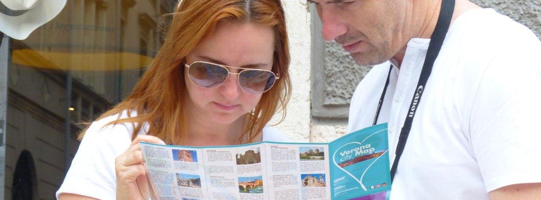 coppia di turisti che consultano la mappa verona city map