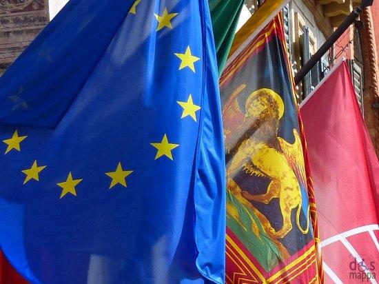 bandiera europa, bandiera veneto e bandiera scaligera a verona