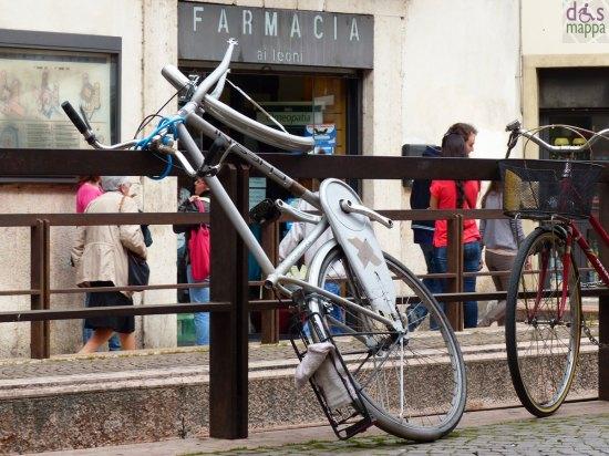 bicicletta senza ruota e pedali a porta leoni verona