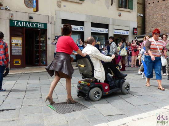 disabile con carrozzina elettrica in piazza erbe a verona power wheelchair