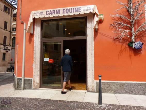La Macelleria equina in Piazzetta Monte è accessibile e spaziosa all'interno.