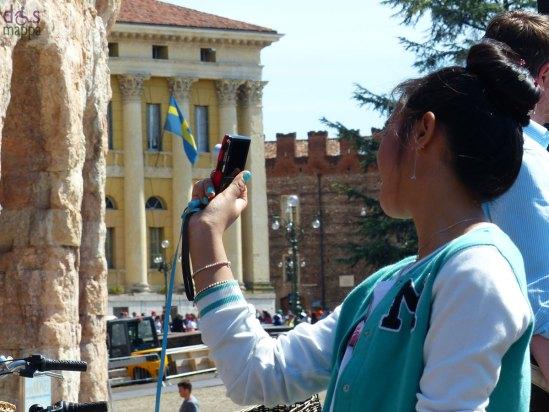Foto turistica all'Arena di Verona e Palazzo Barbieri