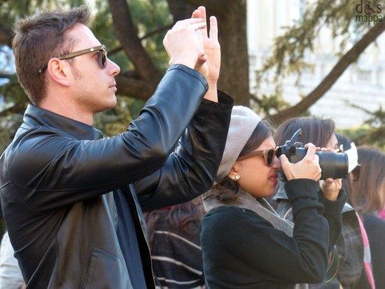 Turisti in Piazza Bra che fotografano l'Arena di Verona